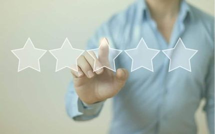 person selecting star rating for company they are reviewing