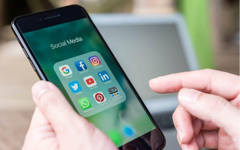 social media on mobile devices help convert prospects into new patients